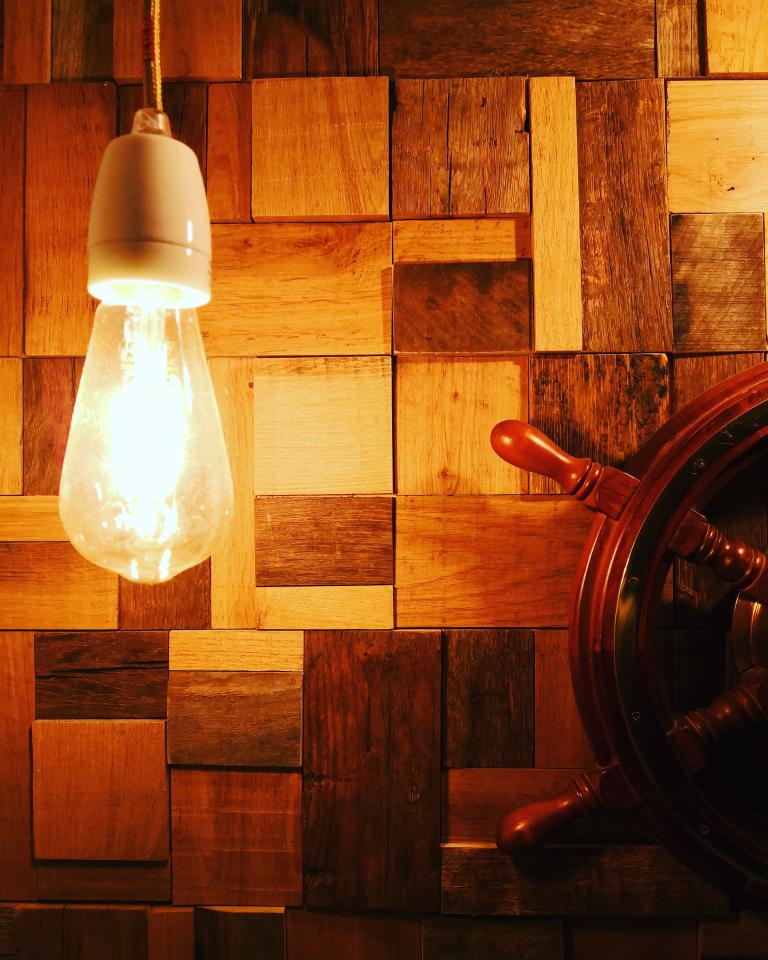 trævæg lys hygge rustik